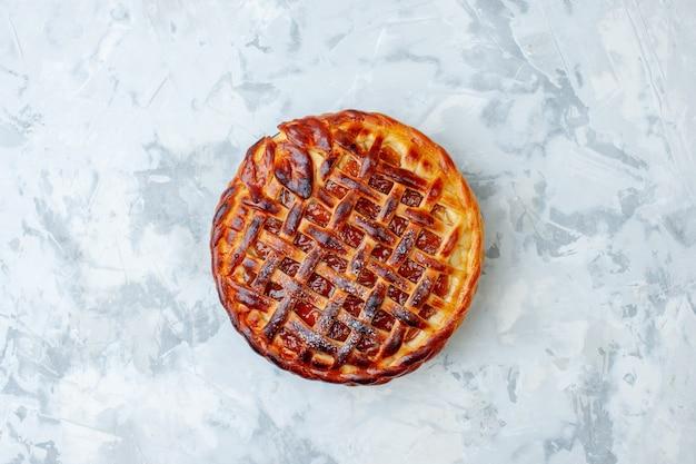 Bovenaanzicht heerlijke fruitige taart met gelei op lichte biscuit cookie bak noten taart taart dessert kleur thee