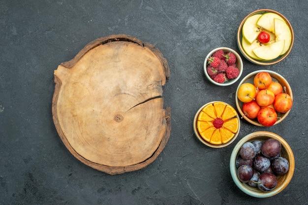 Bovenaanzicht heerlijke fruitsamenstelling vers fruit op donkere achtergrond rijp vers gezondheidsdieet fruit mellow