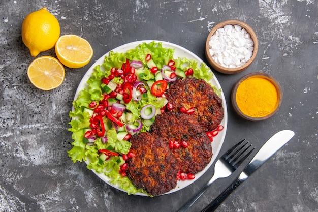 Bovenaanzicht heerlijke gebakken koteletten met frisse salade