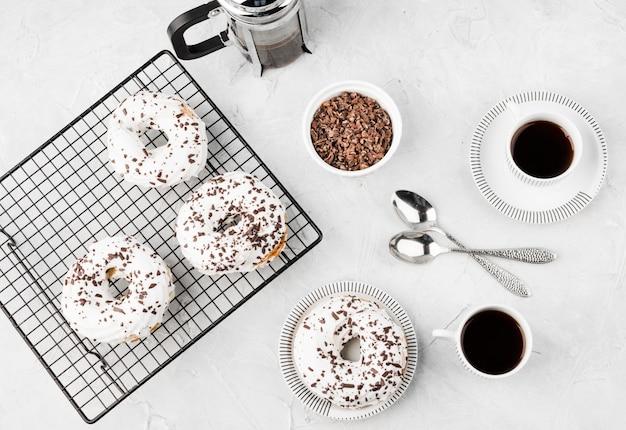 Bovenaanzicht heerlijke geglazuurde donuts