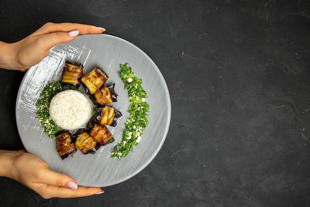 Bovenaanzicht heerlijke gekookte aubergines met rijst op donkere oppervlakte diner eten koken rijstmaaltijd