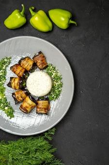 Bovenaanzicht heerlijke gekookte aubergines met rijst op het donkere oppervlak diner eten bakolie rijstmeel