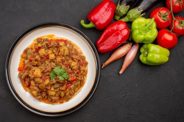 Bovenaanzicht heerlijke gekookte groenten met verse groenten op grijze achtergrond maaltijdsalade gezondheidssaus