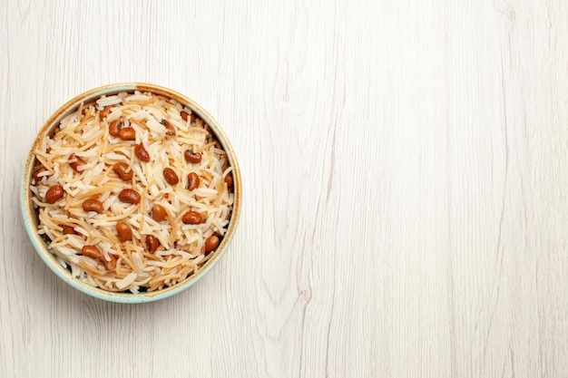Bovenaanzicht heerlijke gekookte vermicelli met bonen op witte bureaumaaltijd koken bonen pastagerecht