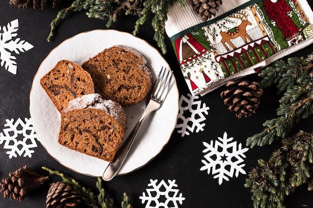 Bovenaanzicht heerlijke gesneden cake voor kerstfeest
