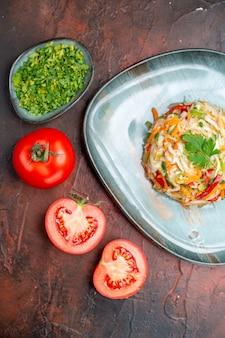 Bovenaanzicht heerlijke groentesalade met greens en tomaten op donkere achtergrondkleur, rijp gezond leven maaltijdvoedsel