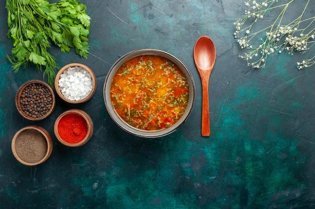 Bovenaanzicht heerlijke groentesoep met kruiden op groene achtergrond voedsel groenten ingrediënten soep product maaltijd