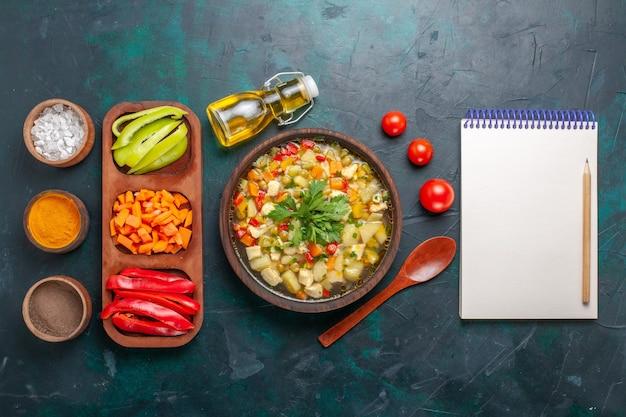 Bovenaanzicht heerlijke groentesoep met verschillende ingrediënten en kruiden op donkere ondergrond soep groenten saus eten warm eten maaltijd