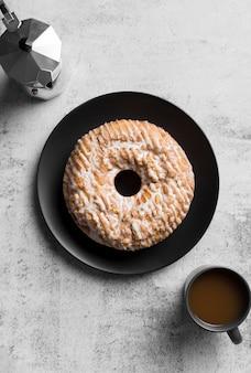 Bovenaanzicht heerlijke handgemaakte cake met koffie