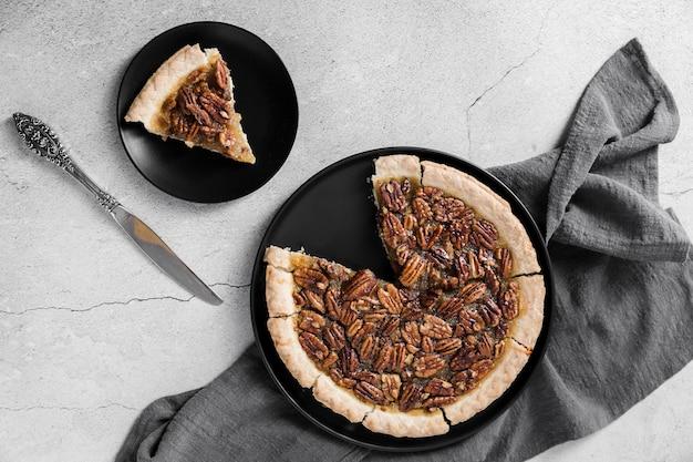 Bovenaanzicht heerlijke handgemaakte pecannoot taart op een bord