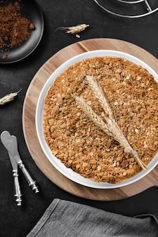 Bovenaanzicht heerlijke handgemaakte taart op tafel