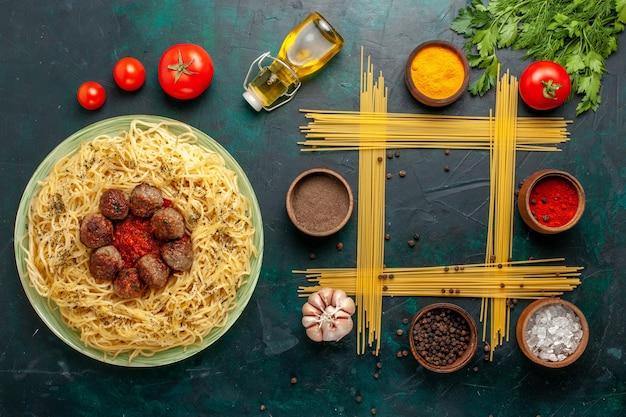 Bovenaanzicht heerlijke italiaanse pasta met gehaktballen en tomatensaus op donkerblauw bureau deeg pasta maaltijd gerecht diner eten italië