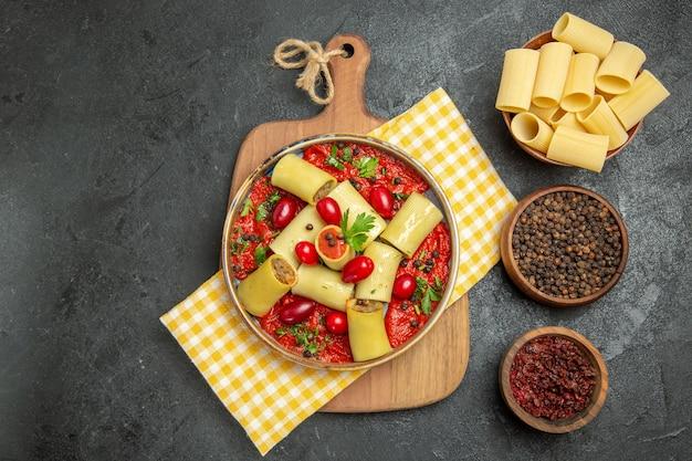 Bovenaanzicht heerlijke italiaanse pasta met vlees en tomatensaus op grijs bureau maaltijd pasta diner deeg eten