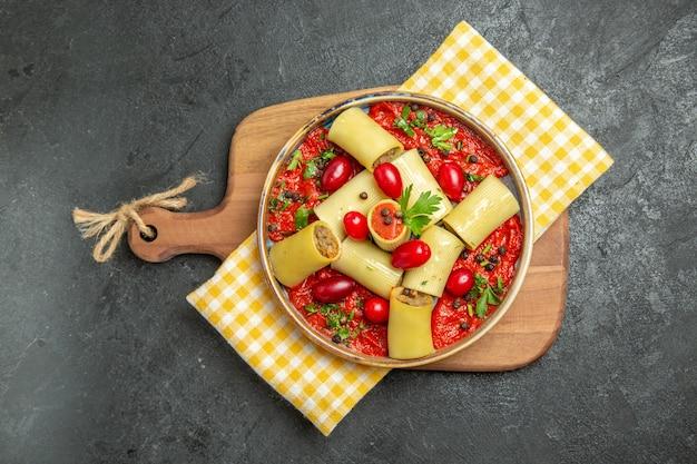 Bovenaanzicht heerlijke italiaanse pasta met vlees en tomatensaus op grijs oppervlak maaltijd pastadeeg eten diner