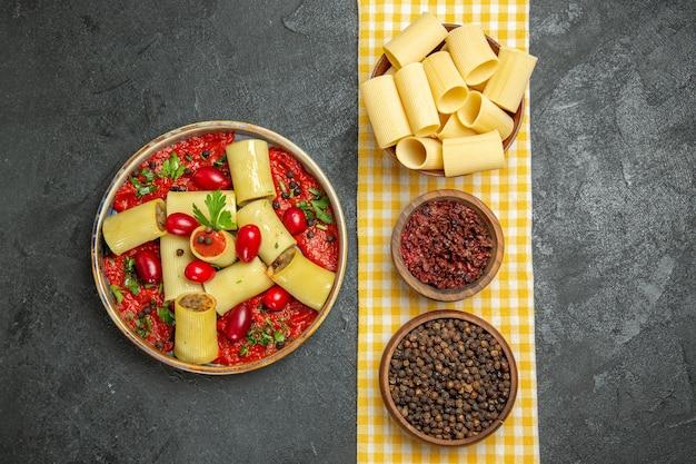 Bovenaanzicht heerlijke italiaanse pasta met vlees en tomatensaus op grijze vloer maaltijd pasta diner deeg eten