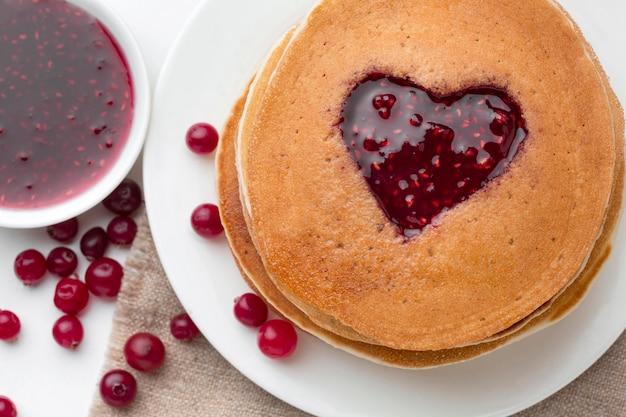 Bovenaanzicht heerlijke jam pannenkoeken