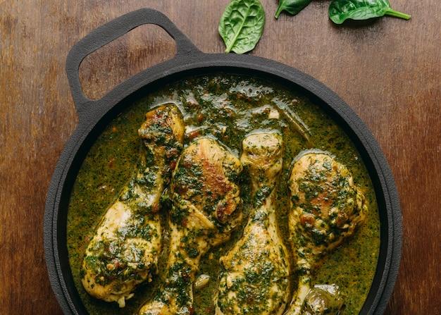 Bovenaanzicht heerlijke kippenmaaltijd