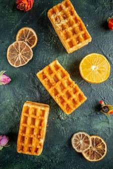 Bovenaanzicht heerlijke kleine koekjes op donkerblauw oppervlak