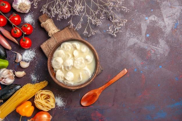 Bovenaanzicht heerlijke knoedels met kruiden op donkere achtergrond vleesmaaltijd diner saus deeg