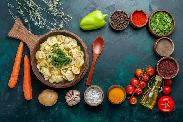 Bovenaanzicht heerlijke knoedels met verschillende kruiden op donkergroene muur voedselingrediënt product deeg vlees groente