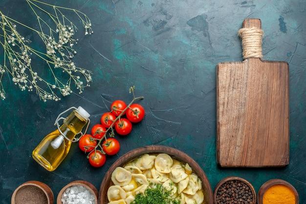Bovenaanzicht heerlijke knoedelsoep met verschillende kruiden op groen oppervlak deeg eten maaltijd soep vlees