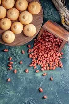 Bovenaanzicht heerlijke koekjes met pinda's op donkerblauw oppervlak