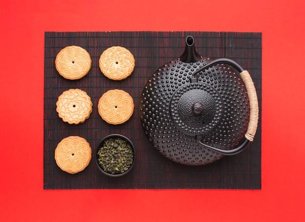 Bovenaanzicht heerlijke koekjes met theepot