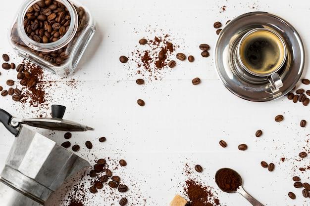 Bovenaanzicht heerlijke koffie agent op de tafel