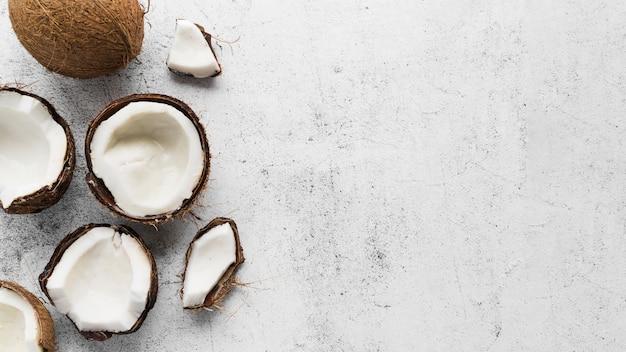 Bovenaanzicht heerlijke kokosnoot met kopie ruimte