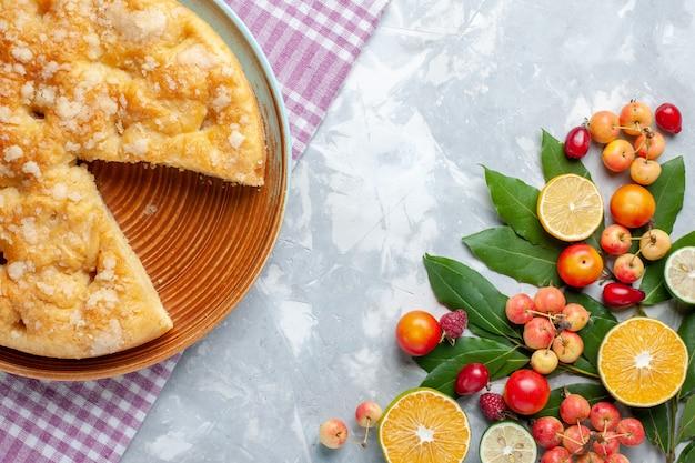 Bovenaanzicht heerlijke lekkere taart met vers fruit op witte bureausuiker zoete taartcake