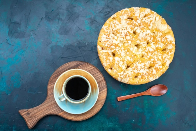 Bovenaanzicht heerlijke lekkere taart zoet en gebakken met kopje thee op de donkere achtergrond taart cake suiker zoet koekje