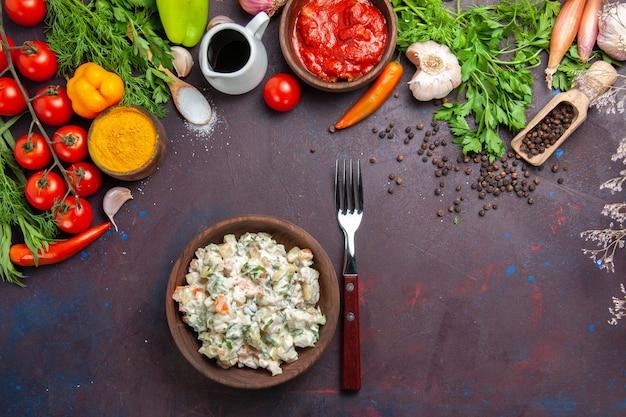 Bovenaanzicht heerlijke mayyonaisesalade met greens en groenten op donkere ruimte