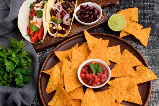 Bovenaanzicht heerlijke nacho's met tortilla's