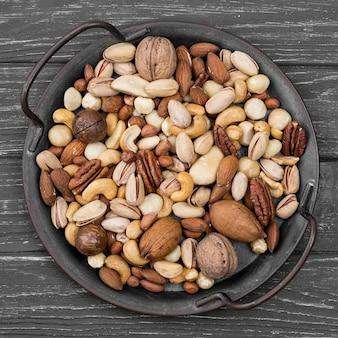 Bovenaanzicht heerlijke noten snack op houten tafel