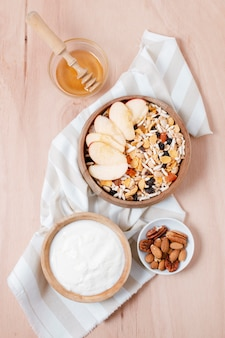 Bovenaanzicht heerlijke ontbijtkom op tafel
