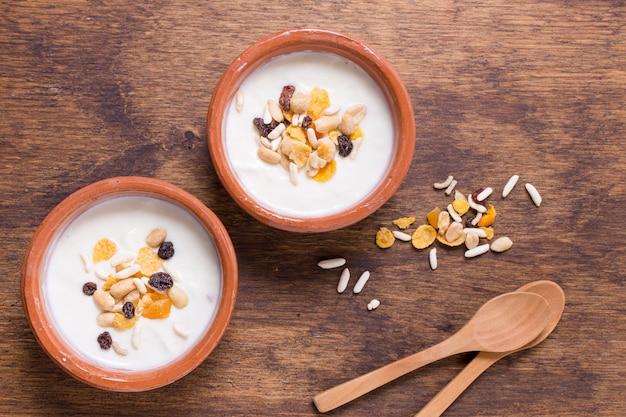 Bovenaanzicht heerlijke ontbijtkommen met haver