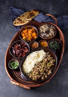 Bovenaanzicht heerlijke pakistan maaltijd op een tafel