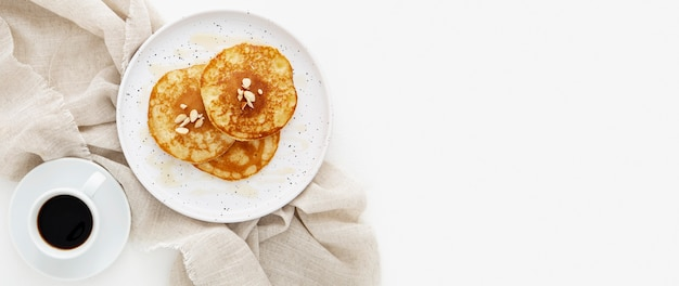 Bovenaanzicht heerlijke pannenkoeken en koffie