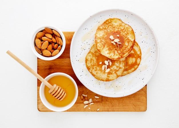 Bovenaanzicht heerlijke pannenkoeken met honing en noten