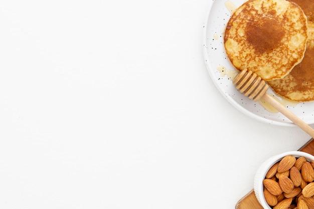 Bovenaanzicht heerlijke pannenkoeken met honing kopie ruimte