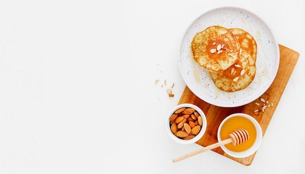 Bovenaanzicht heerlijke pannenkoeken op een houten bord