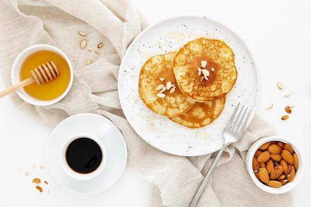 Bovenaanzicht heerlijke pannenkoeken voor de ochtendmaaltijd