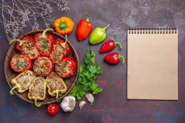 Bovenaanzicht heerlijke paprika gebakken schotel met gehakt en groenten op de donkere achtergrond diner eten bak zout schotel vlees