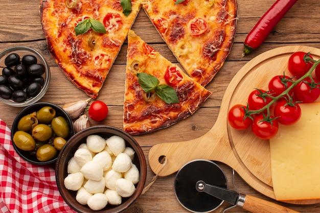 Bovenaanzicht heerlijke pizza en ingrediënten