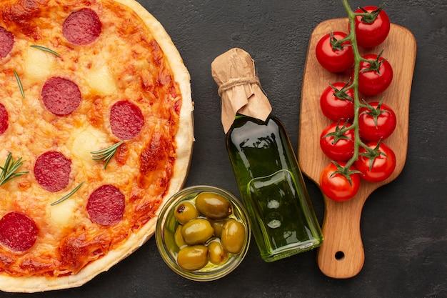 Bovenaanzicht heerlijke pizza en tomaten