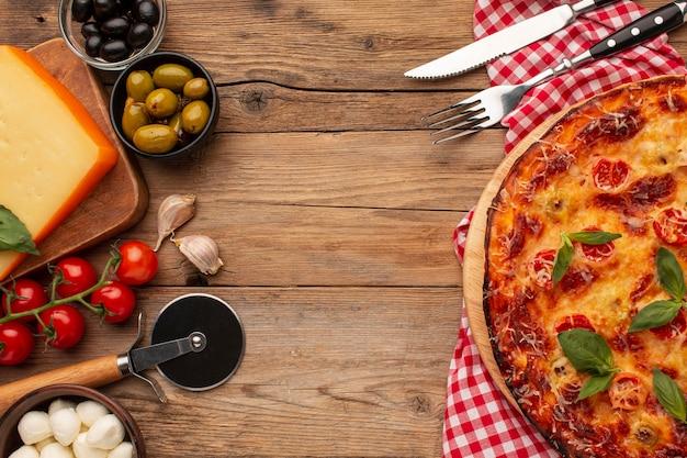 Bovenaanzicht heerlijke pizza met kopie ruimte