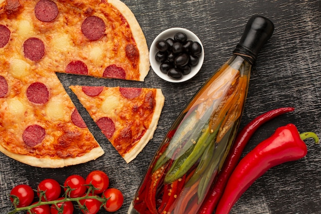 Bovenaanzicht heerlijke pizza met stucwerk achtergrond