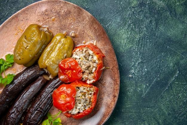 Bovenaanzicht heerlijke plantaardige dolma-maaltijd gevuld met gehakt, keukenmaaltijd gezondheidsvoedsel schotel dinerkleur