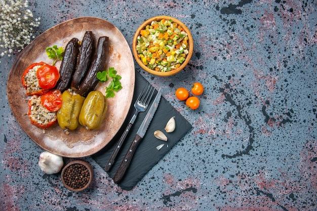 Bovenaanzicht heerlijke plantaardige dolma-maaltijd gevuld met gehakt, maaltijd natuurvoeding kleur gerecht keuken diner