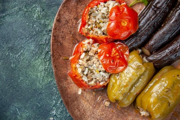 Bovenaanzicht heerlijke plantaardige dolma maaltijd gevuld met gehakt op blauwe achtergrond